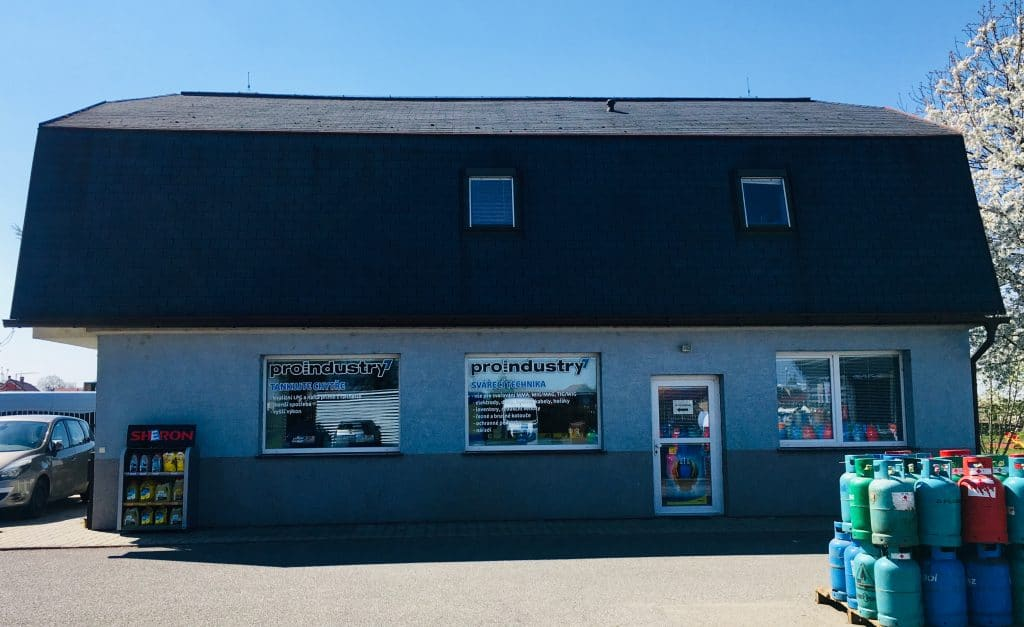 Svářecí centrum, prodejna a hlavní kancelářská budova Proindustry, s.r.o., Drahelická 178, 288 02 Nymburk. Poštovní a doručovací adresa společnosti. Modrý dům, na konci Nymburk, po pravé straně, směr Lysá nad Labem.
