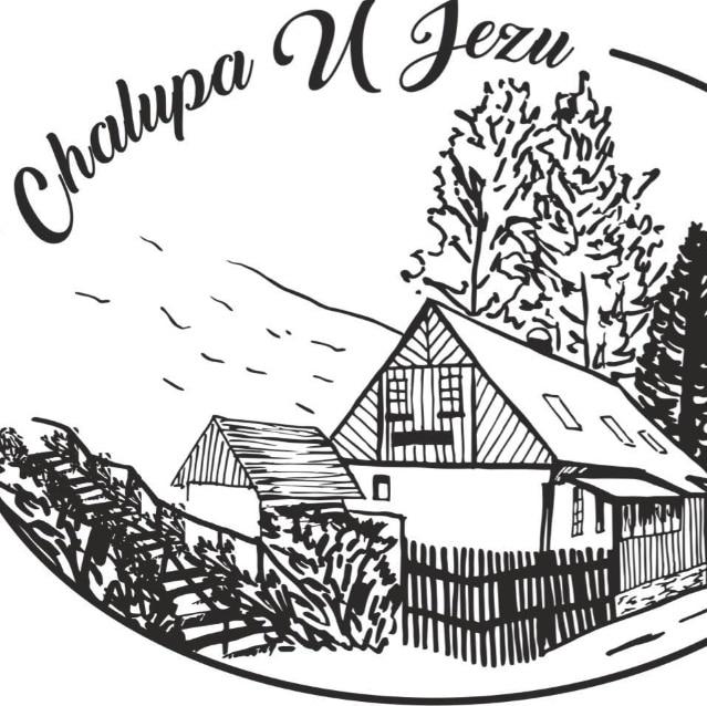 Logo Chalupa U jezu. Ručně kreslené logo s vyobrazením skutečné Chalupy U Jezu.