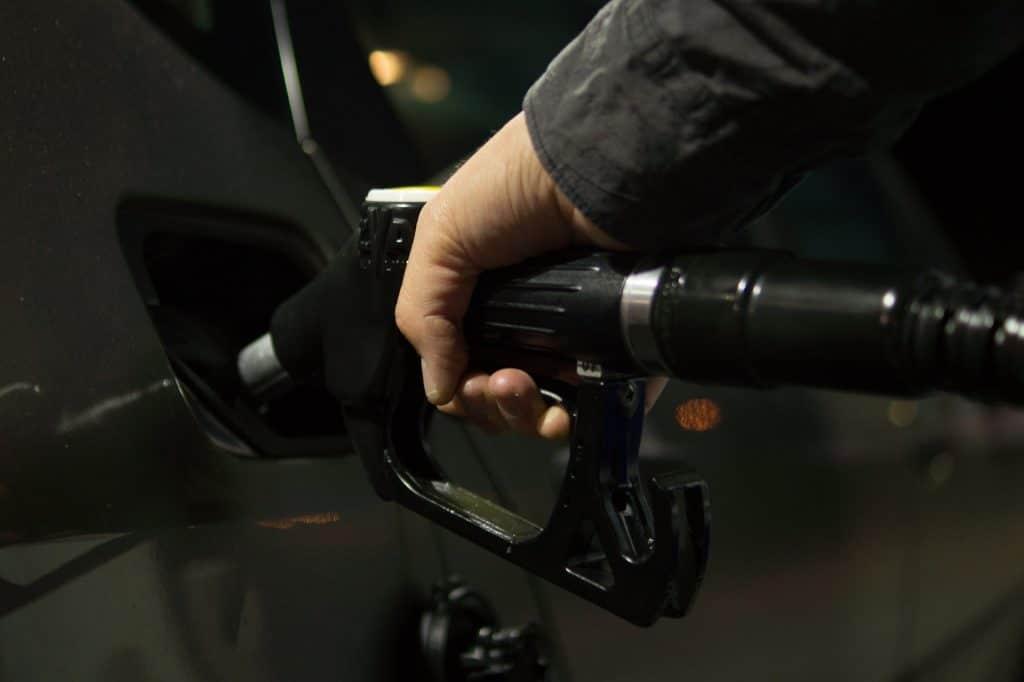 Nafta - tankovací pistole při tankování paliva do nádrže. Čerpací stanice Poindustry, s.r.o., Drahelická 178, 288 02 Nymburk.